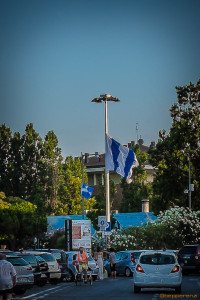 Il vento fa sventolare una bandiera