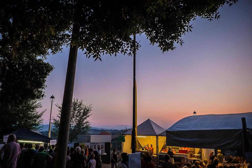 La luna fa capolino sullo stand alimentare della festa di Novilara